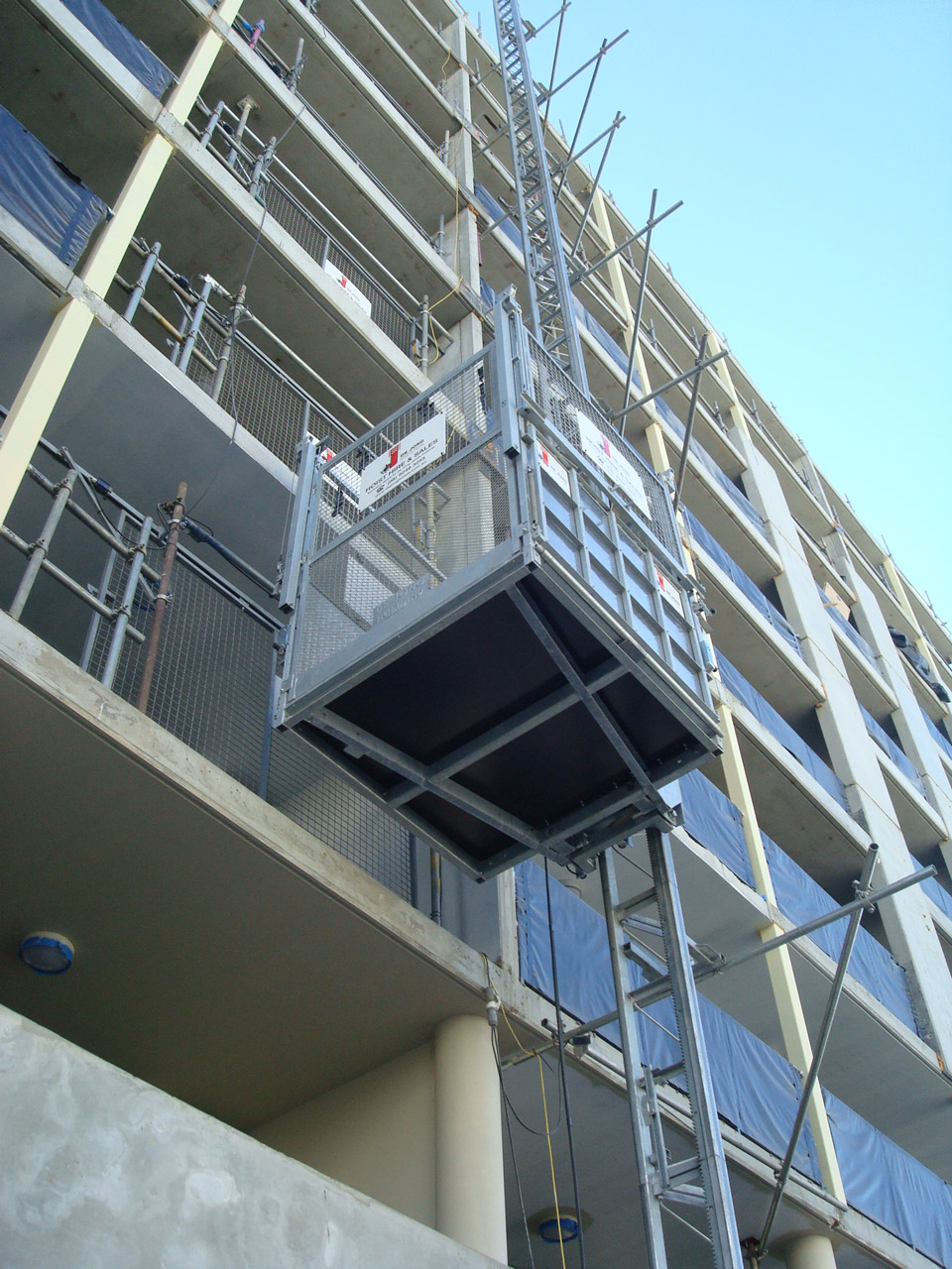 Source: http://www.dejonghoists.com.au/construction-hoists/material-hoists/at850-850kg/